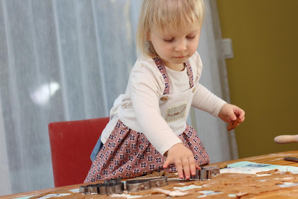 a762fb72ec9 Väike Eva on suur küpsetaja. Eriti meeldib talle teha muidugi piparkooke.  Piparkoogitaigent on mõnus rullida ja vormida, ning see taigen maitseb ka  ...