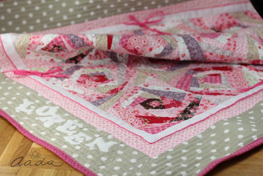 b49e3f76201 Imekaunistest roosatoonilistest kangastest õmblesime roosiaia plokid. Äärde  laiem riba meie lemmikut liivabeeži mummulist ning tekilt ei puudu ka meie  ...